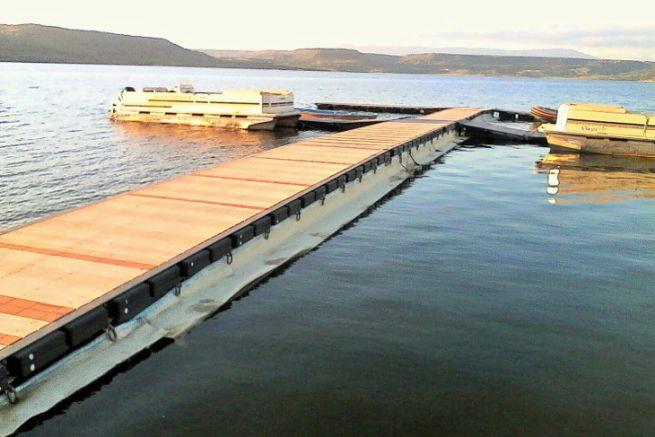 Barrière anti-pollution geolana en laine de mouton sur un ponton de plaisance